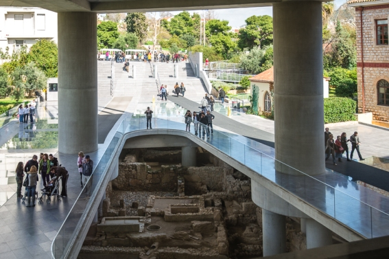 Eingangsbereich des Akropolis-Museum in Athen am Fuß des Athener Burgbergs, 300m südlich der weltberühmten Akropolis, Griechenland